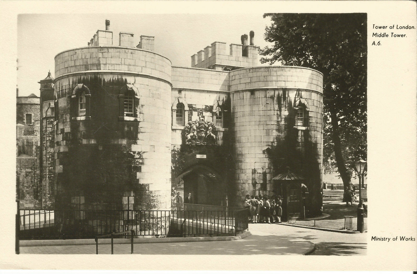 MiddleTower-MainEntrance-TowerOfLondon-GuardBox-c1940s-2.jpg
